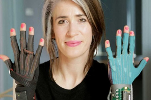 imogen-heap-and-mi.mu-gloves_dezeen_3